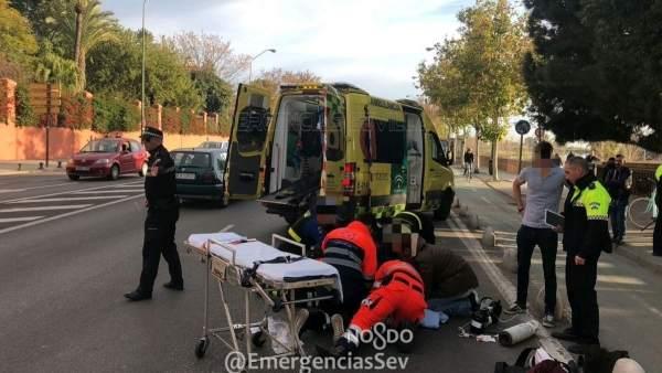 Efectivos sanitarios atienden a una ciclista herida en Paseo de las Delicias