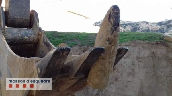 Una excabadora desentierra una bomba de la Guerra Civil en Lleida