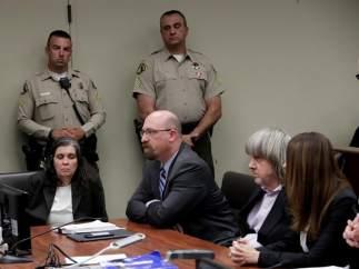 La pareja que secuestró a sus 13 hijos se declara no culpable tras ser acusada de tortura, abusos y actos lascivos