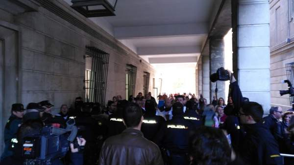 Protesta ante el juzgado contra los acusados del triple crimen de Dos Hermanas