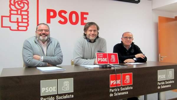El socialista Óscar Tapias (centro) en Salamanca.