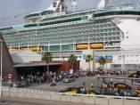 Plano general de la terminal B del Port de Barcelona con gran actividad de pasajeros que entran y salen del crucero 'Liberty of the Seas'.