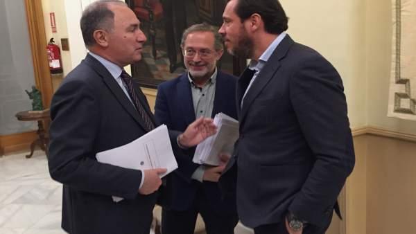El alcalde de Valladolid charla con los concejales Manuel Saravia y Antonio Gato