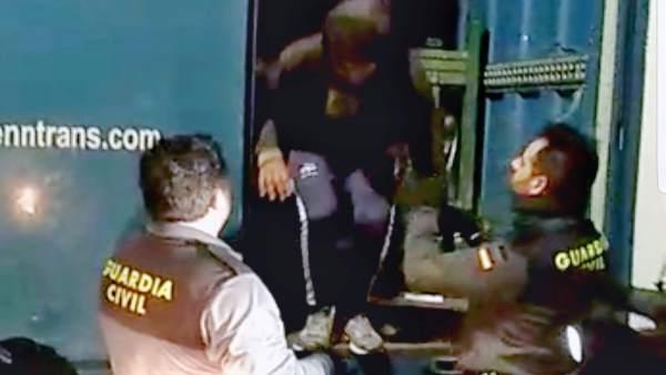 Inmigrantes irregulares en un camión