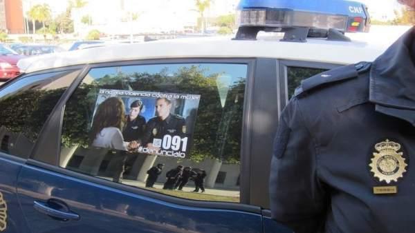 Coche de Policía con campaña contra la violencia de género