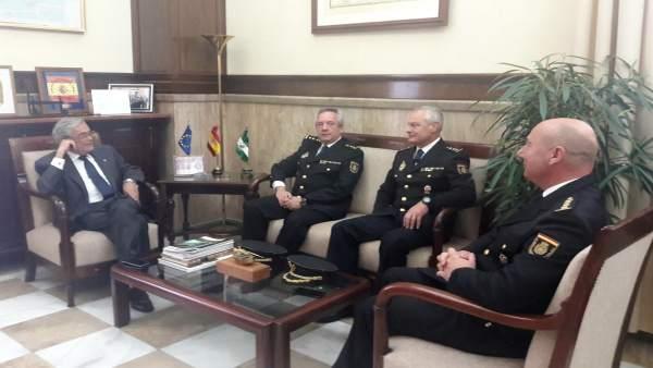 El subdelegado en Almería, con los nuevos comisarios de Policía