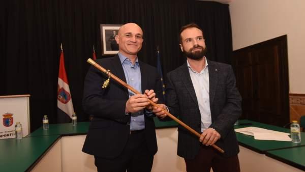 Manuel Romero, a la derecha, nuevo alcalde