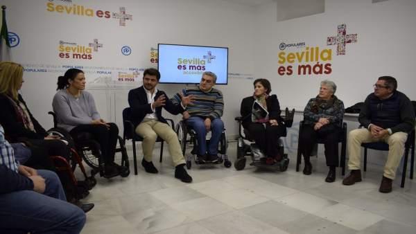 Beltrán Pérez reunido con los colectivos.