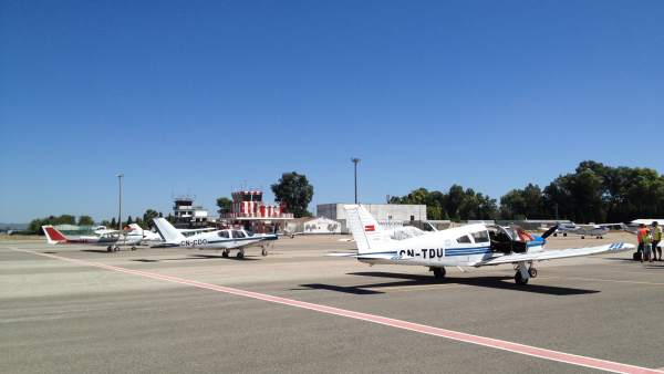 Avionetas en el Aeropuerto de Córdoba, con la torre de control al fondo