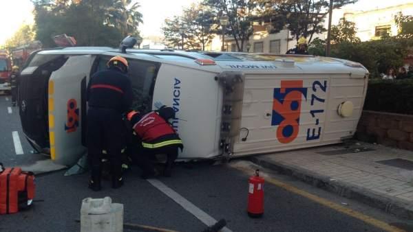La ambulancia volcada tras la colisión.
