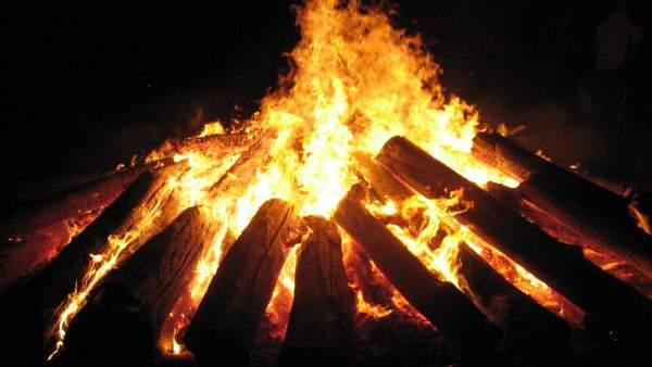 Hoguera, 'foguerons', Sant Sebastià, fuego, leña
