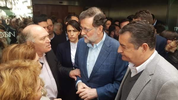 La familia adoptiva de Malona junto a Rajoy y Sanz