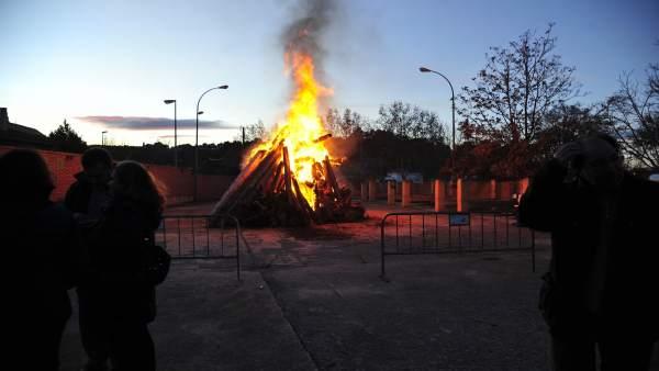 Unos 2.000 kilos de leña se queman en la hoguera de San Antón en Teruel.