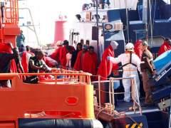 Dos inmigrantes muertos entre 70 rescatados en dos pateras