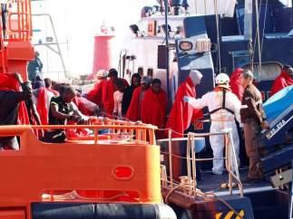 Dos inmigrantes muertos entre 70 rescatados en dos pateras en el mar de Alborán