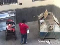 Pillan a un hombre tirando a su bebé en un contenedor
