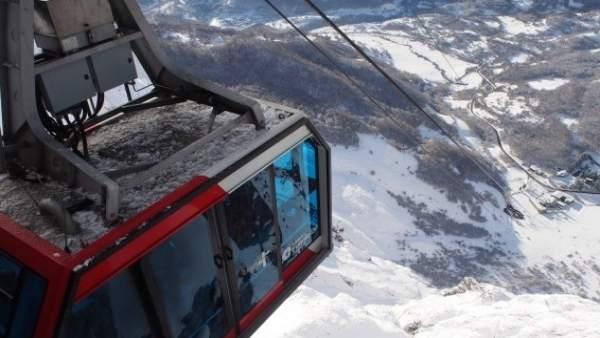 Cabina del teleférico de Fuente Dé, con el entorno nevado