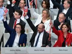 El SPD alemán da luz verde a negociar una nueva coalición con Merkel