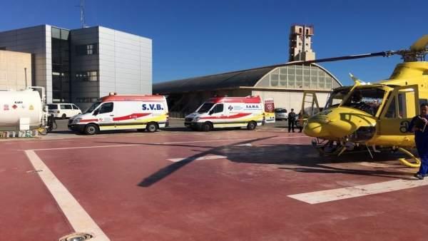 Imagen del helicóptero y las ambulancias que han participado en el rescate
