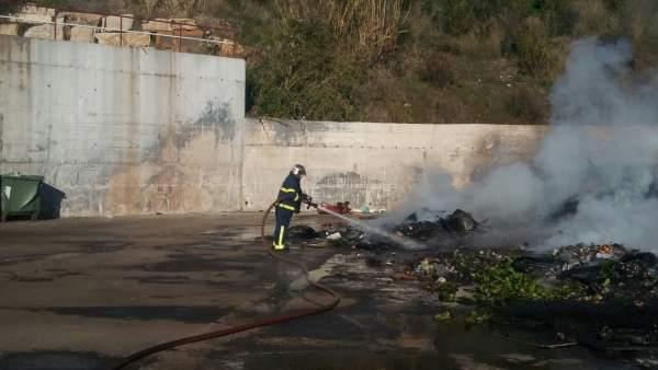 Incendio en un punto limpio de Algeciras (Cádiz)