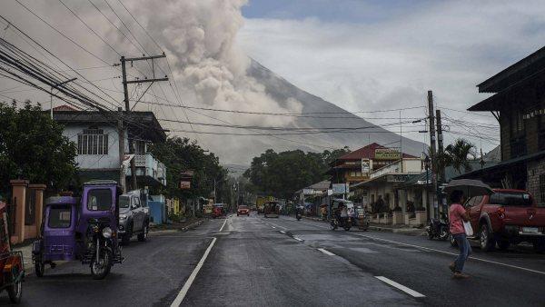 Humo y ceniza en el Mayon