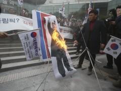 Queman una foto de Kim Jong-un en protesta contra la participación del Norte en los Juegos
