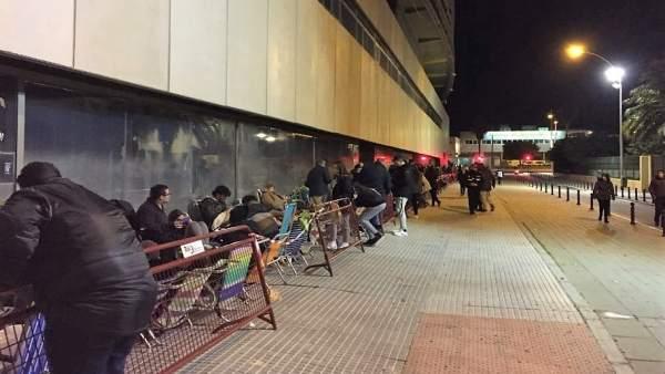 Colas en el estadio Carranza para las entradas de carnaval