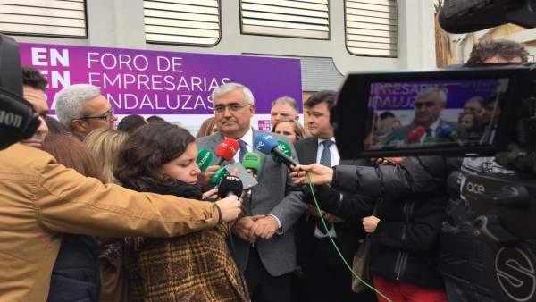 El consejero de Economía, Antonio Ramírez de Arellano, ante los medios.