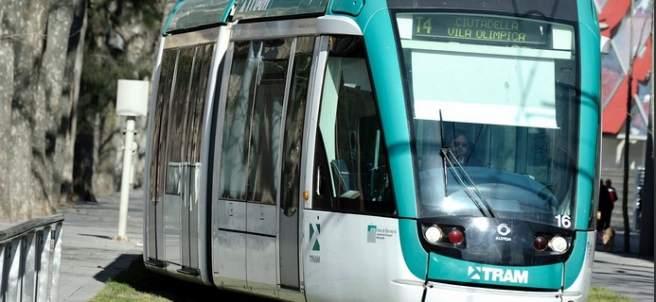 Un tranvía circulando por Barcelona.