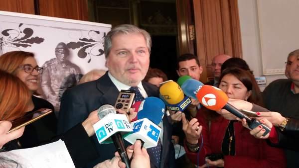 Méndez de  Vigo atiende a la prensa en un acto en Palencia
