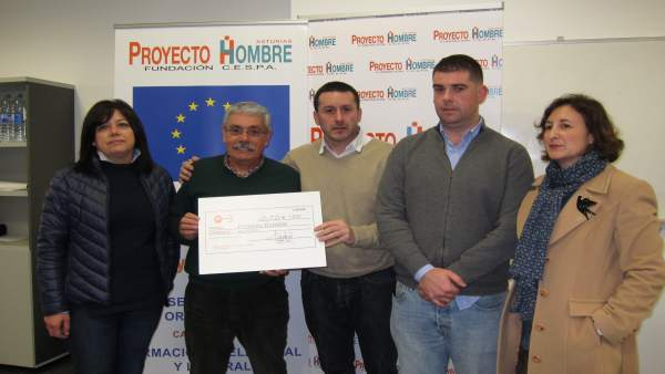 Enrega Del Cheque De La Lotería De Ugt A Proyecto Hombre