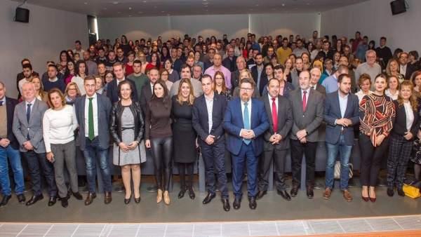 Díaz junto a los beneficiarios de las ayudas en Almería