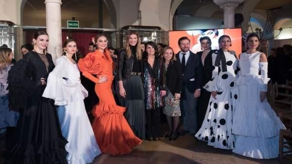 Jóvenes diseñadores de flamenco en el centro de Sevilla.