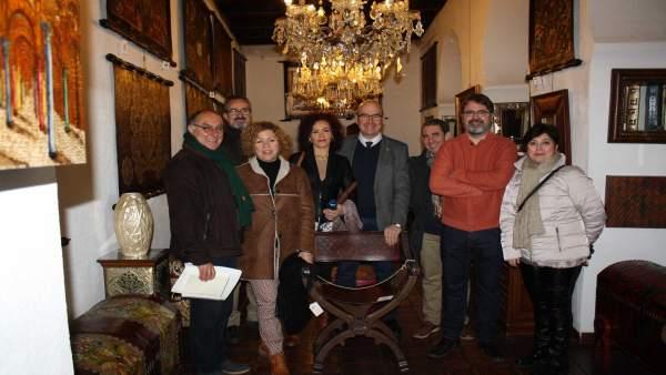 Carmona (centro) visita el Taller Artesano Meryan