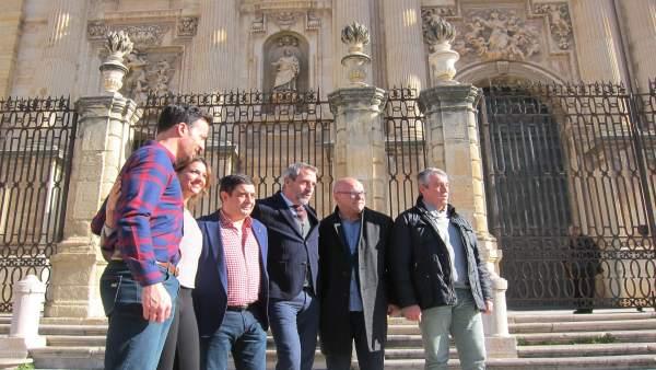 Reyes (3i) visita la grabación de 'Entreolivos' en la plaza de Santa María.