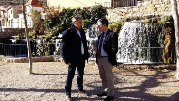 Guillén ha visitado hoy El Cuervo junto al alcalde de la localidad