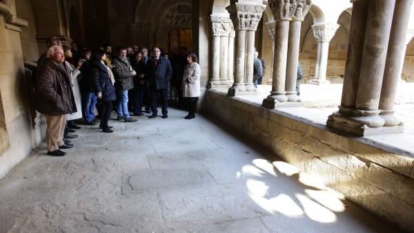 Miembros del Gobierno de Aragón en el claustro de San Pedro el Viejo de Huesca