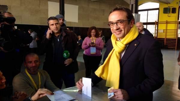 El conseller cesado, Josep Rull (JuntsxCat), vota en las elecciones catalanas.