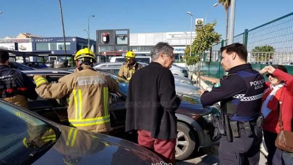 Los efectivos rescatan al bebé del coche.