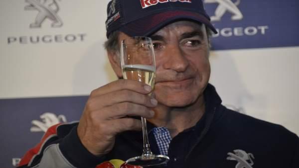 Carlos Sainz brinda por su victoria en el Dakar
