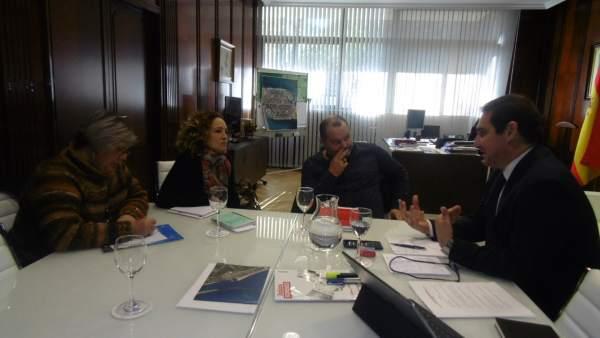 Encuentro entre dirigentes de IU y el presidente del puerto de Huelva.