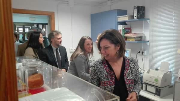 La alcaldesa durante la visita al Banco de Germoplasma Vegetal Andaluz