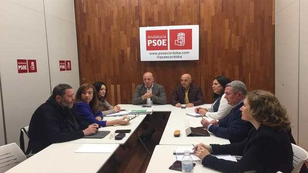 Ruiz y Hurtado, al fondo, durante la reunión del Grupo Parlamentario Socialista