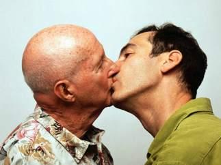 Un beso entre dos hombres