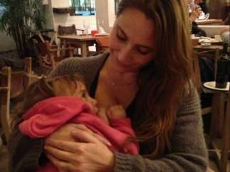Una mujer dando el pecho a su bebé