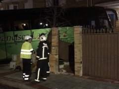 Un autobús se empotra contra un chalet en Madrid