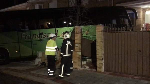 Un autobús se empotra contra una casa en Madrid