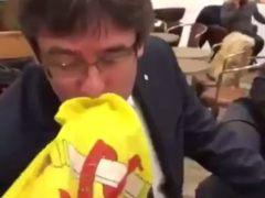 Puigdemont besa una bandera de España en Copenhague