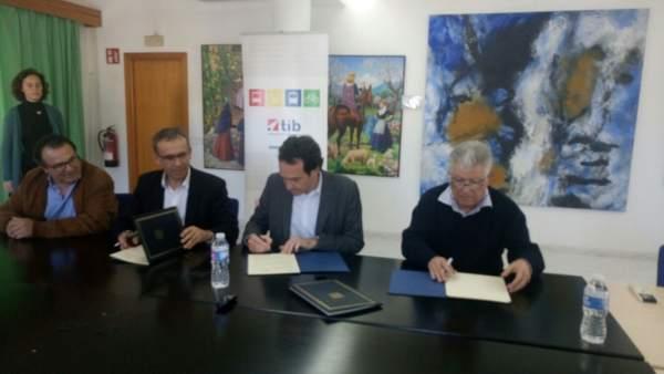 Pons en la firma de un convenio para mejorar paradas de bus en Alcúdia
