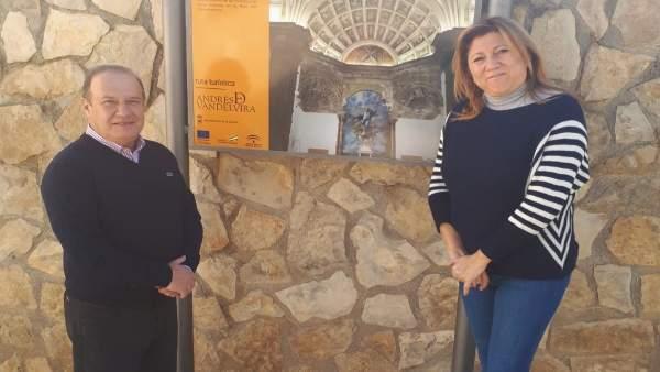 Morillo y Salazar ante una señal de la nueva ruta turística.